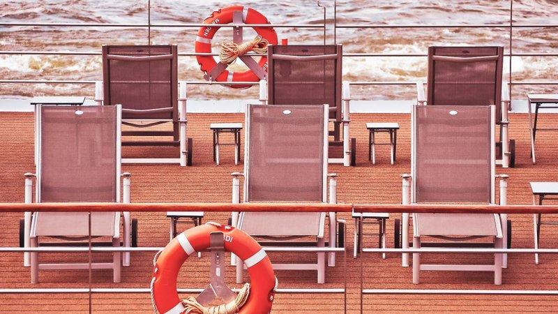 Stühle an Deck eines Kreuzfahrtschiffs
