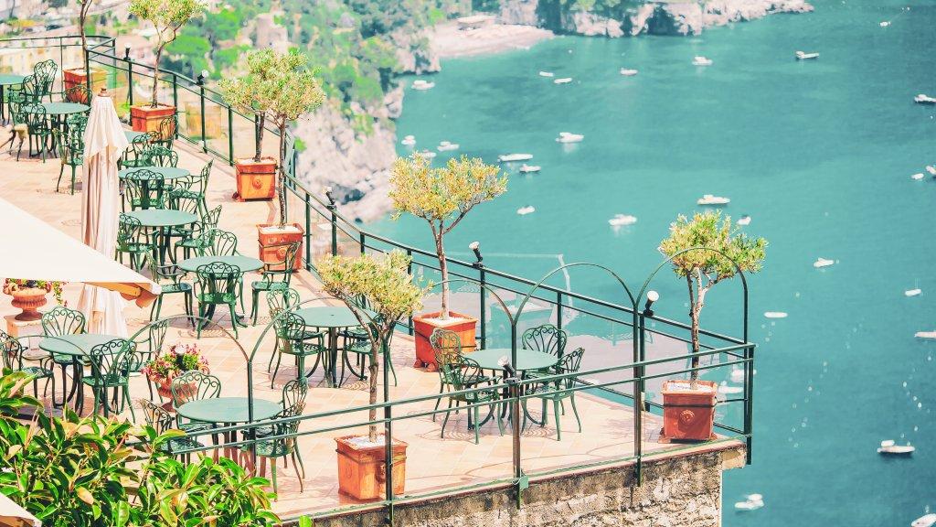 Ein Restaurant an der Amalfiküste mit dem Blick auf das Meer