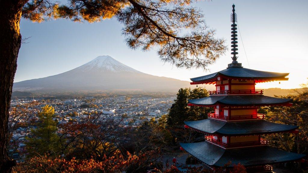 Traditioneller Japanischer Turm im Sonnenuntergang vor dem Berg Fuji